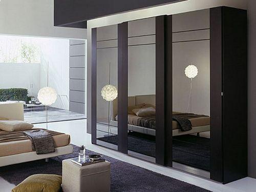 Платяной зеркальный шкаф в спальне