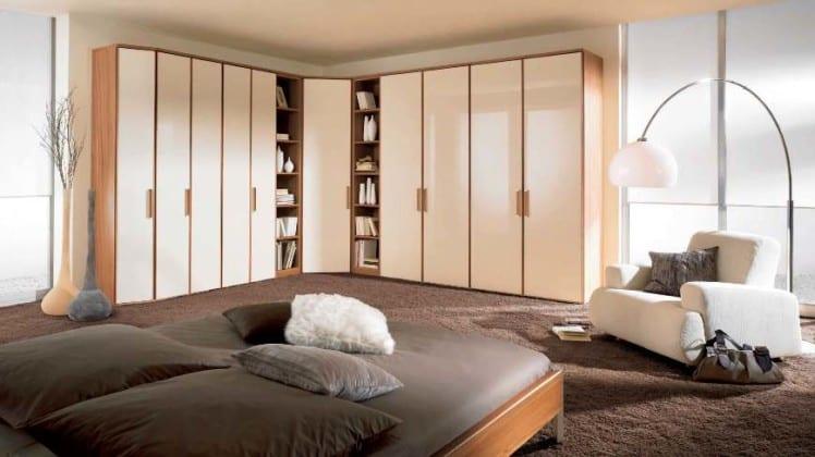 Угловой платяной шкаф в интерьере спальни
