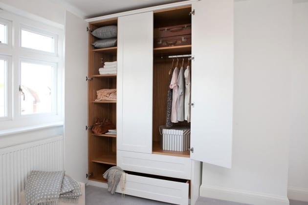 Белый платяной шкаф в спальне