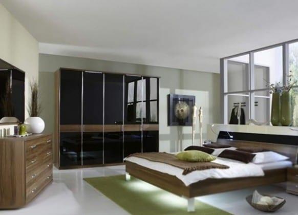 Платяной черный шкаф в спальне