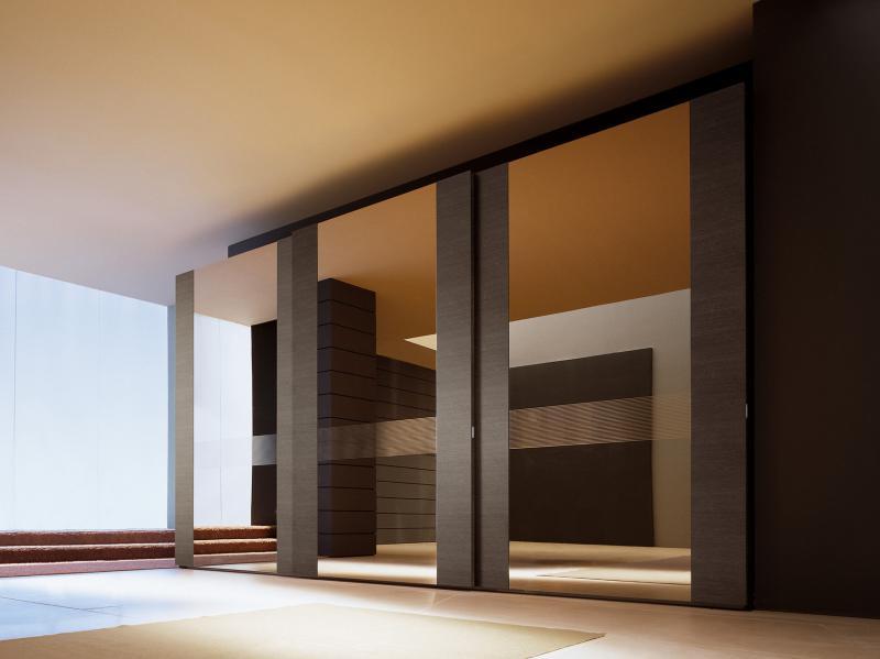 Шкафы купе в интерьере гостиной: угловые шкафы купе - фото д.