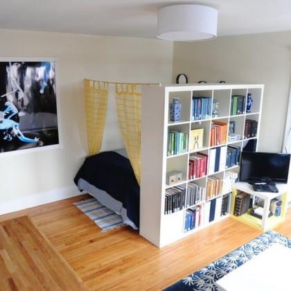Стеллаж-перегородка отделяющий спальное место