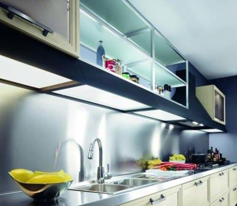 Прозрачные навесные шкафы в кухню