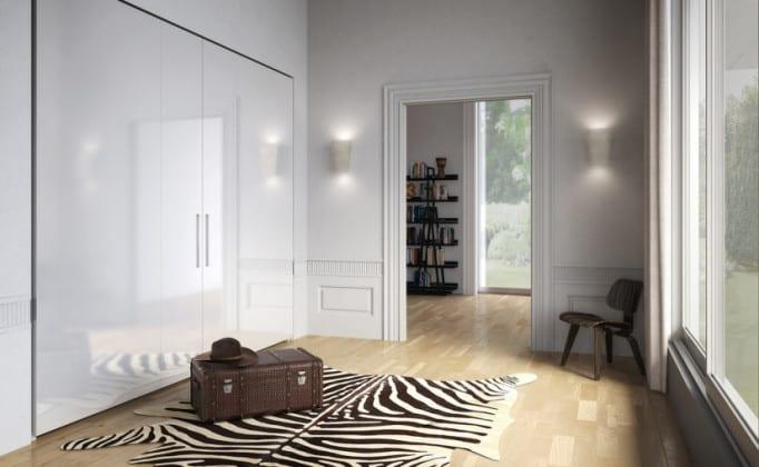 Белый шкаф, встроенный в прихожую