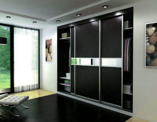Встроенный в нишу шкаф-купе в спальне