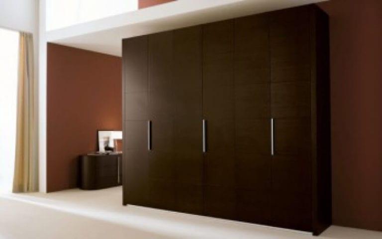 Шкаф в спальню с распашными дверями варианты.