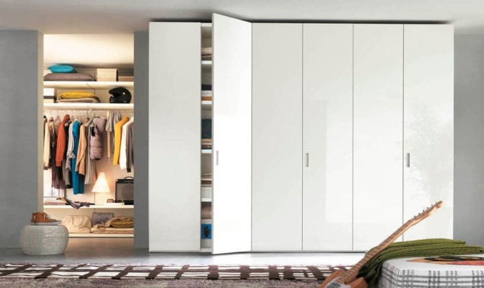 Большой белый шкаф