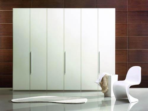 Минималистичный белый шкаф распашной